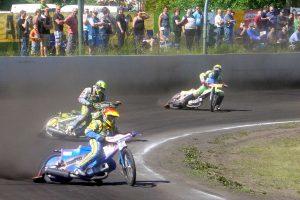 1200px-Speedway_Wolfslake_gegen_Stralsund_07.06.2015_14-27-11